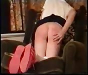 Une écolière blonde et soumise prend la fessée