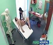 Docteur lesbienne a envie de sa patiente