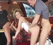 Een zwarte man neukt een blondine in de bar