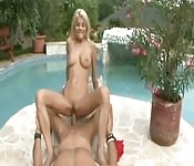 Une blonde baise le gars de pizza dans la piscine.