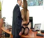 Experte en chantage, elle baise son patron au bureau