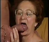 S'occupe d'une vieille femme