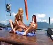 Sexe lesbien torride dans un bateau